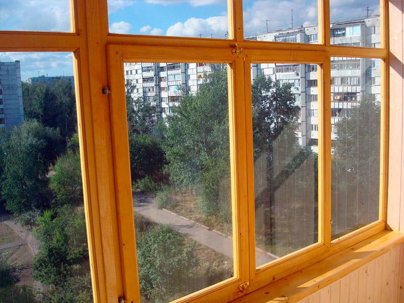 Деревянные рамы для балконов и лоджий экологичны и безопасны.