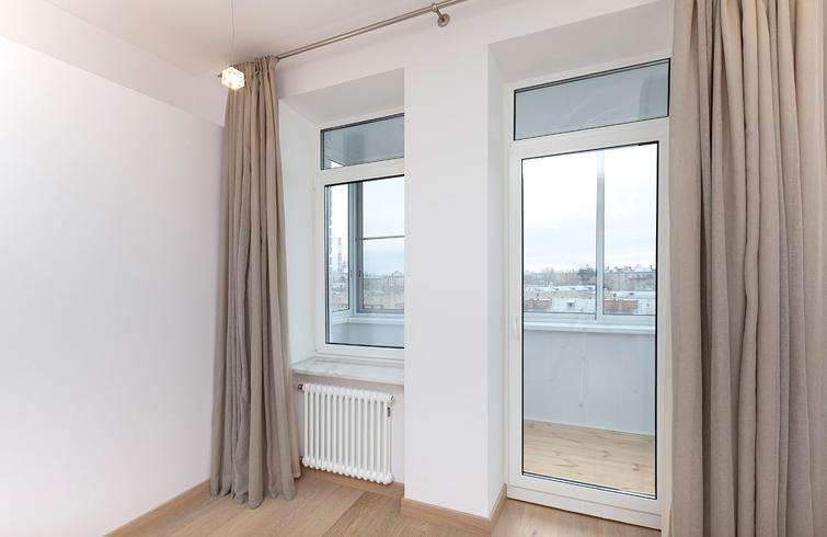 Объединение балкона с комнатой со стеклянной перегородкой
