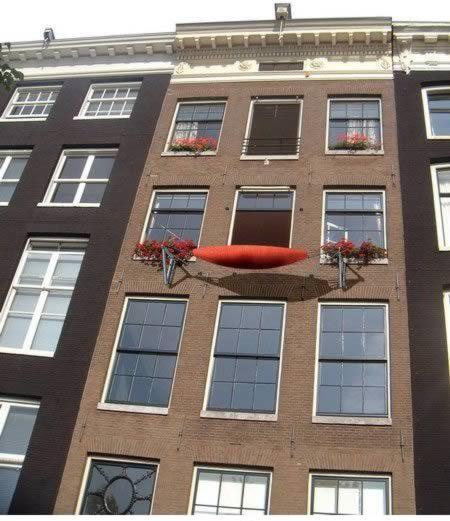 Балкон в виде съемного гамака в Амстердаме
