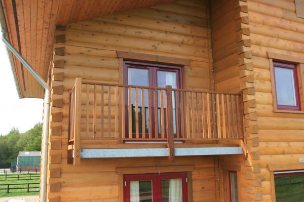 Деревянный балкон в деревянном доме
