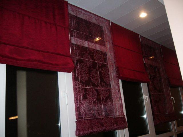 Сочетание римских штор на балкон из плотной и тонкой ткани