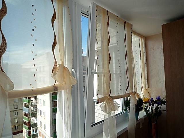 Римские шторы на балкон из тонкой прозрачной ткани с узором