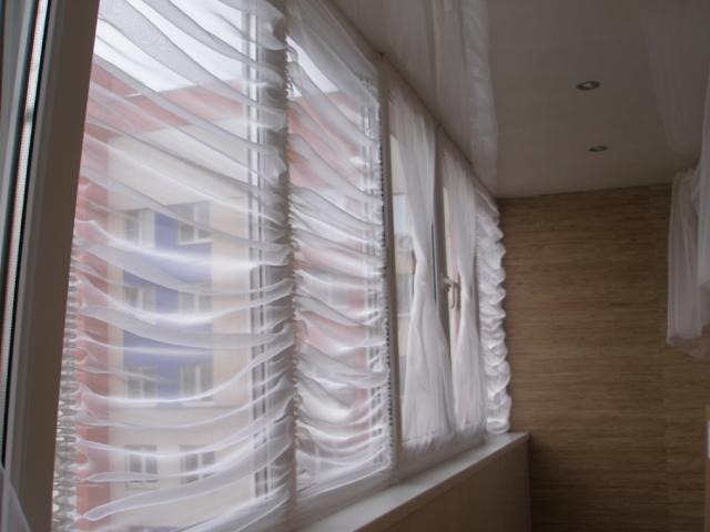 Римские шторы на балкон из однотонной прозрачной тонкой ткани